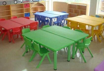 幼儿园课桌椅.jpg